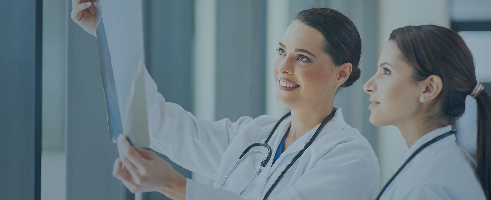 Terapeuta sprawdza wyniki badania kręgosłupa